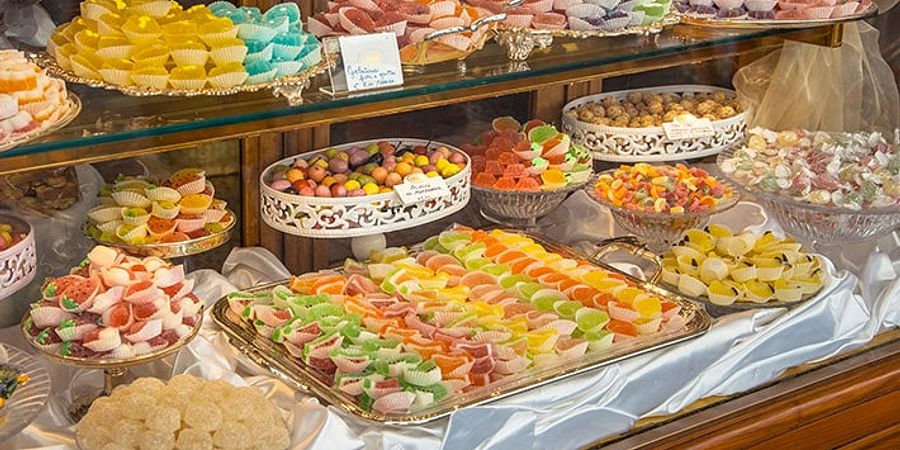 Display Cases: The Best Way to Display All of Your Food Creations